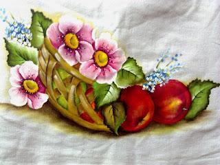 cesto de maças com flores rosadas