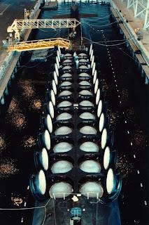 Submarino da Classe Ohio com tubos de mísseis abertos e cheios