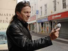 Steve Miller na rua com seu detector de ondas