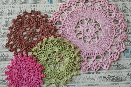 the pretty bee: cooking + creating: DIY: Doily Wall Art
