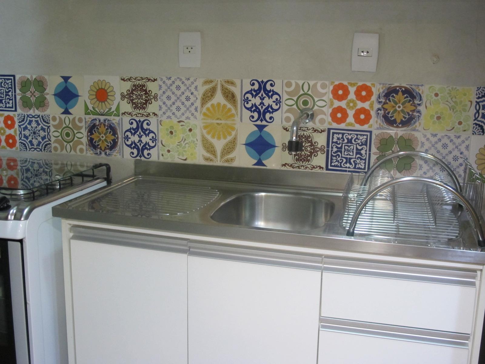 materiais: patchwork de azulejos cimento queimado e bancada de inox #79462E 1600 1200