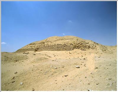هرم الملك خع-با zawiyetelaryan640pg1.jpg