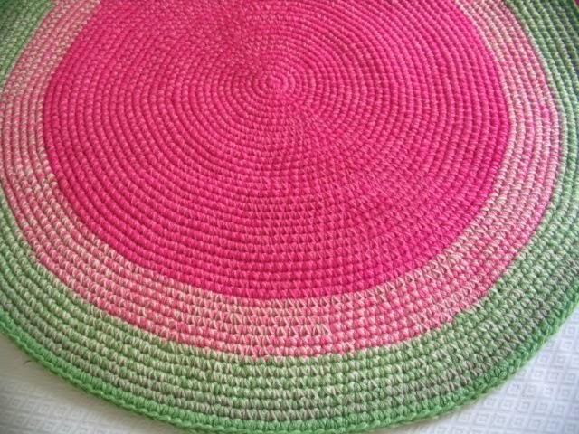 Puerta al sur alfombras tejidas a crochet que decoran el piso for Alfombra redonda verde