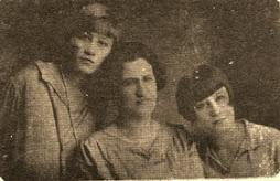 Magdalena Davila de Burguera con Lola y Pepita Burguera