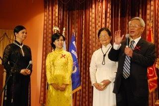 Từ trái: Nguyễn Khoa Diệu Quyên, Nguyễn Khoa Diệu Thảo, ông bà Nguyễn Khoa Phước