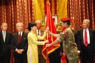 NKDQ nhận biểu tượng từ Y Sĩ Thiếu Tá ND Trần Văn Tính