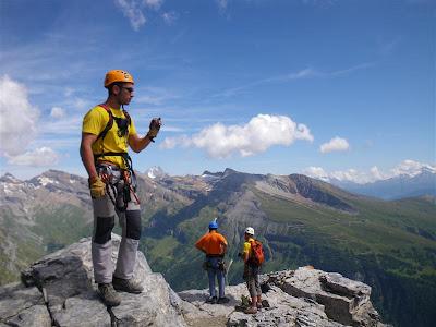 Despues de otro tramo vertical llegamos a la cresta, donde aprovechamos el rellano para hacer un impass, y retomar fuerzas.