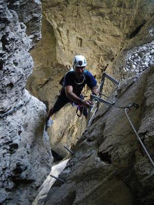 Faja horinzontal a la salida de la gruta.