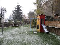 Der erste Schnee im Garten