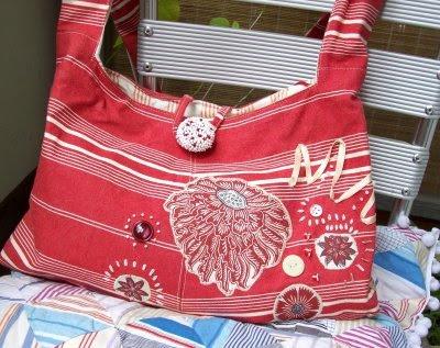 rot-weiß gestreifte Stofftasche