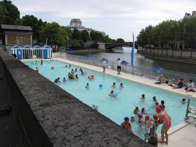 Daily photo in paris august 2009 for Floating swimming pool paris