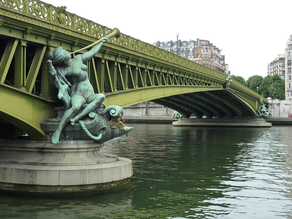 daily photo in paris sunday bridge pont mirabeau. Black Bedroom Furniture Sets. Home Design Ideas
