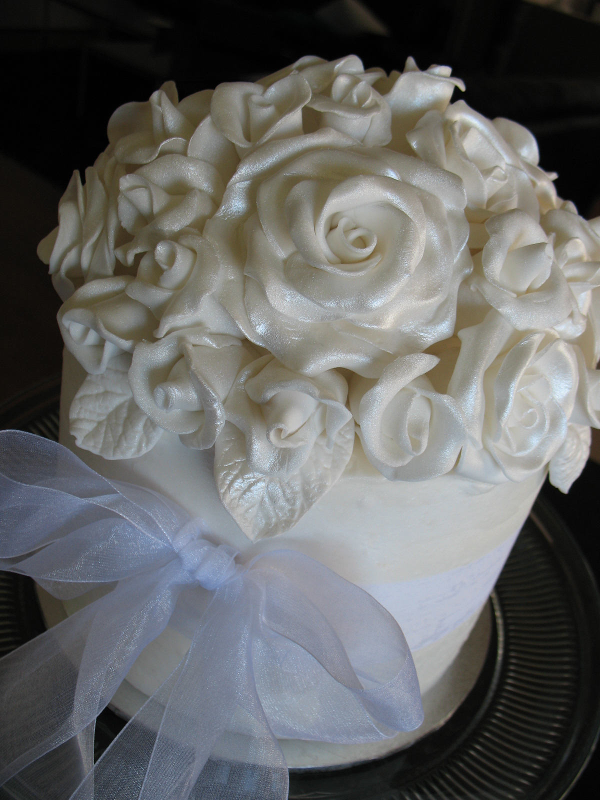 Sandy s Cakes White Roses Wedding Cake & Cupcakes
