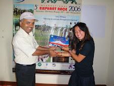 Miss Ann receving the volunteering certificate