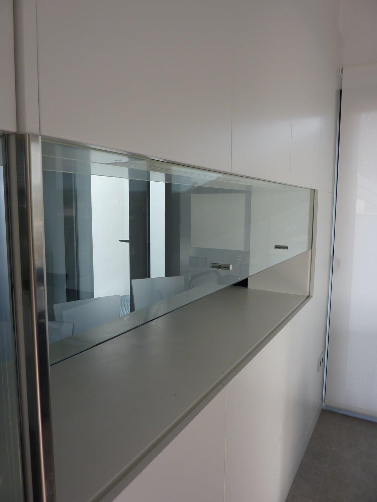 Carpinteria muebles a medida puerta guillotina en cristal for Puerta guillotina