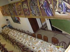 El centro social adornado con el Via crucis.