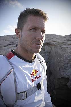 Felix Baumgartner wil de hoogste sprong aller tijden maken. Het huidige record is 31,3 km. De Oostenrijkse beroepswaaghals zal met een speciale heliumballon ... - Baumgartner