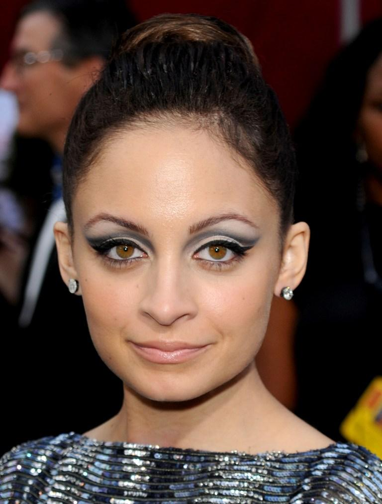 nicole richie eye makeup. Her cat-eye makeup was