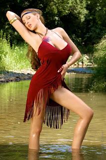 Jordan Carver đặt ra như là Pocahontas trong bức ảnh trang phục màu đỏ rìa
