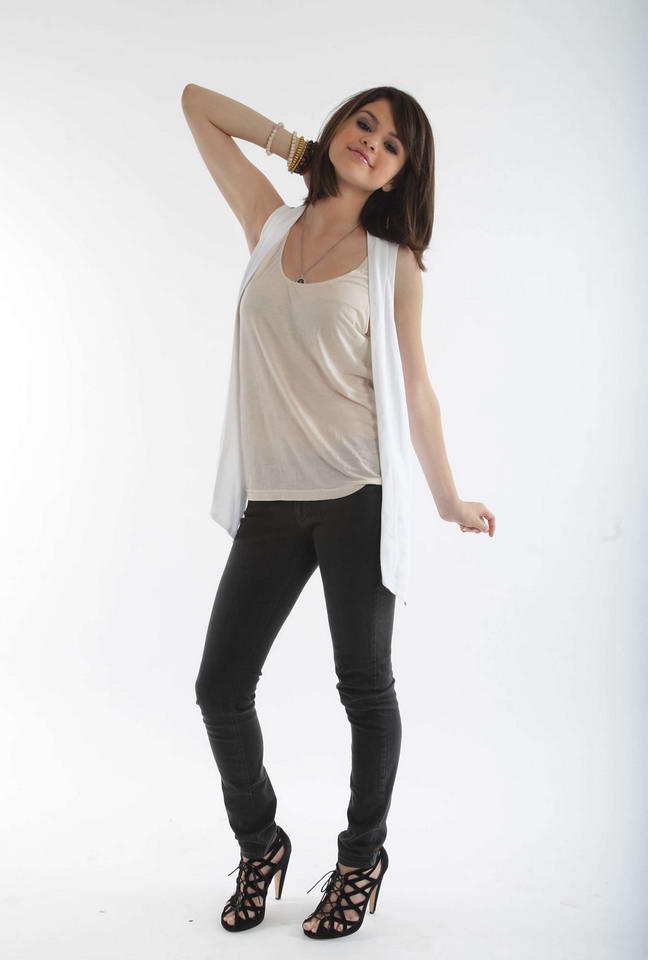 Kath`s                 Selena+Gomez+wears+pretty+white+tank+top+and+black+jeans+%25286%2529