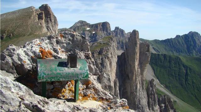 Al cim del Sobarcal, amb les Agulles, el Petrechema i la Mesa al fons