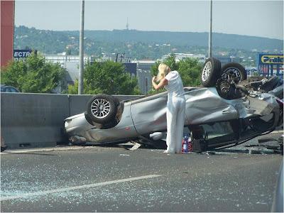 imagen de un accidente de coche con una rubia