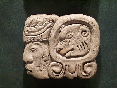 simbolo maya en piedra