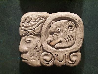 simbolo maya en piedra
