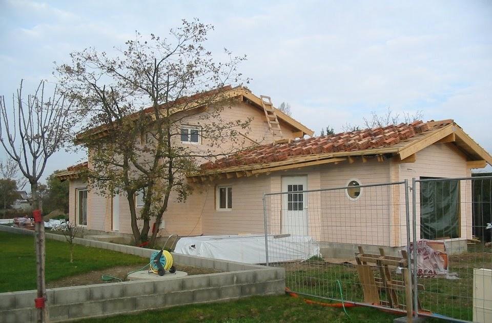 Maison en bois massif pose des tuiles - Combien coute une maison en autoconstruction ...