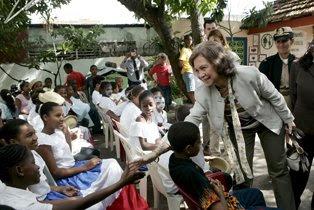 Estudiantes reciben con entusiasmo a la reina Sofía en una escuela de Villas Agrícolas