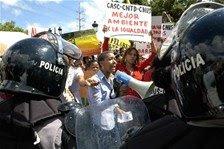 Mujeres marchan a Palacio para presentar demandas sociales