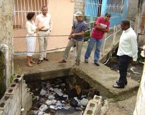 El diputado Bertico Santana se une a clamor residentes en La Cañada del barrio Puerto Rico, donde le muestran afecto