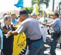 Así trata la Policía al presidente del Colegio Médico