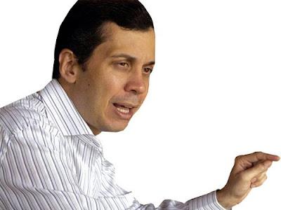Jorge Blanco recibe masajes y oye música