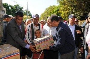 LF encabeza reparto cajas navideñas en el Gran Santo Domingo