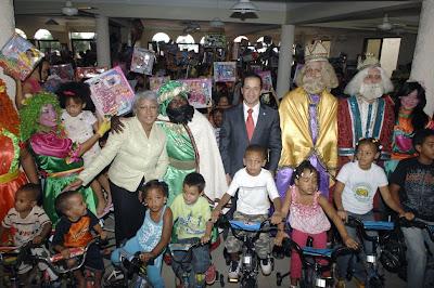 Alcalde SDE entrega ciento de juguetes a niños por Día Reyes Magos