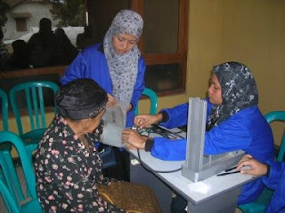 The students from Public Health were checking the blood pressure of patient - Dejavato Indonesia