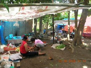 Local mothers cook under the emergency public kitchen in Gedogan Village. - Dejavato Indonesia