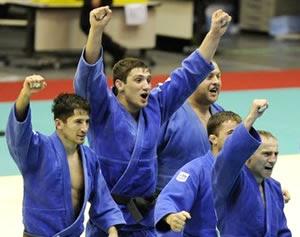 Judoques georgians celebrant la primera posició del Campionat del Món per equips, l'octubre de 2008