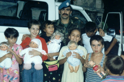 Repartiendo regalos a mis niños bosnios