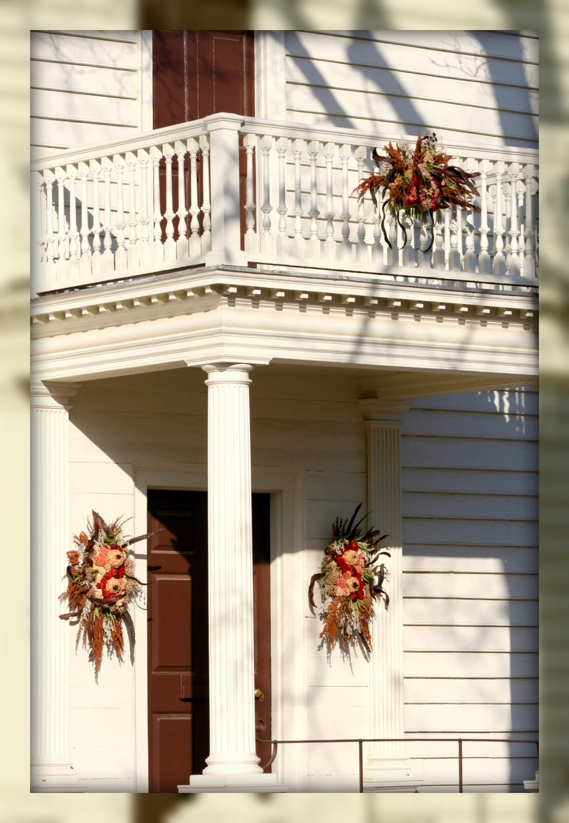 Living in williamsburg virginia beautiful christmas for Colonial home christmas decorations