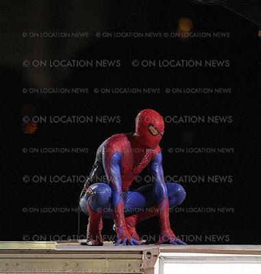spidermantrajemasdetalle 5 - Spidy trepandose como solo el lo sabe hacer.