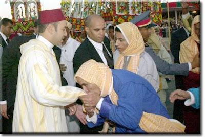 لماذا ولا تزال تستمر عاده تقبيل أيادي الملوك والامراء في المغرب؟
