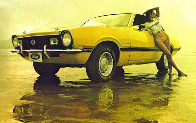 Uma linda mulher e um Maverick GT 1973, combinação perfeita!