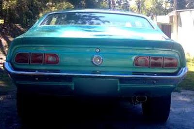 raseira de um Maverick 1977 Super Luxo