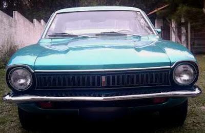 Frente de um Maverick 1977 Super Luxo