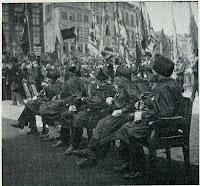 Vijf combattants van 1830 woonden de plechtigheden bij n.a.v. de 75ste verjaardag van de Belgische onafhankelijkheid op de Brugse Markt in 1905.