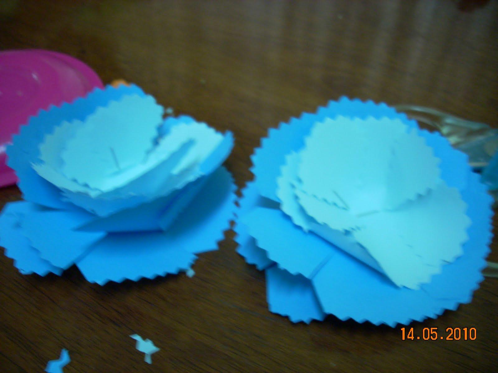 dijadikan satu bunga dgn stapler di tengah2 bunga kertas tu