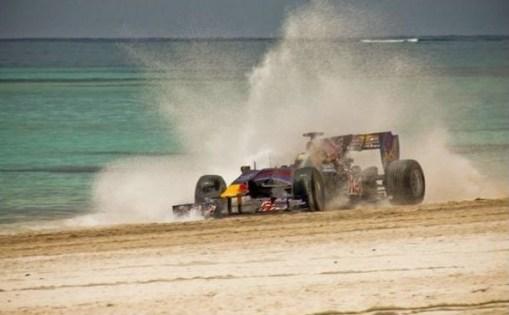Alguersuari aceleró su Red Bull en las playas de Santo Domingo