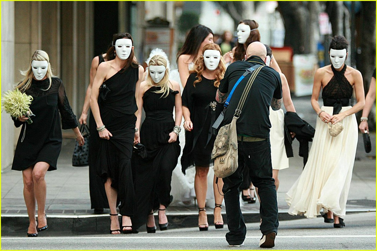 http://1.bp.blogspot.com/_e4IhhBxMqxU/TAZMfxY1CtI/AAAAAAAACCQ/ZCYQoIK36rg/s1600/mary-kate-ashley-olsen-masked-wedding-03.jpg
